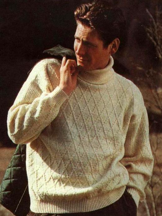 Мужской пуловер с узором ромбы.