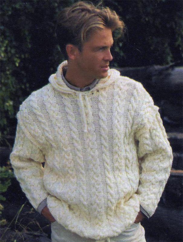 Вязаный спицами пуловер с воротником-капюшоном.