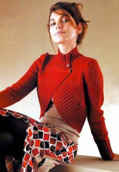 Вязаное красное болеро с двубортной застёжкой.