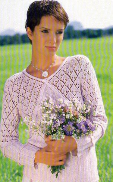 Розовый пуловер с V-образным вырезом.