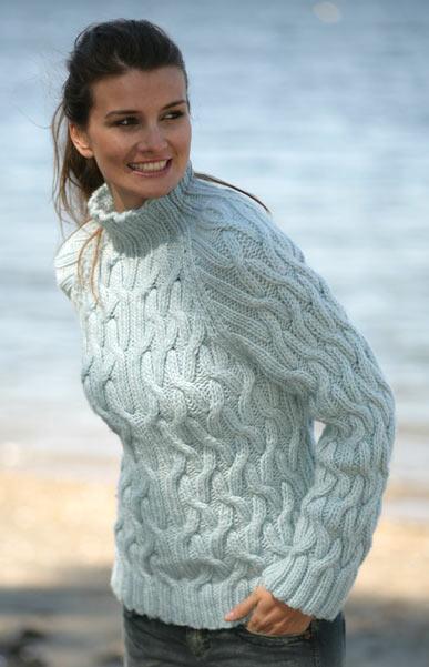 Нежно-голубой вязаный пуловер с рельефным узором