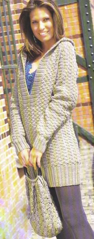 Вязаный пуловер с капюшоном и вязаная сумочка.