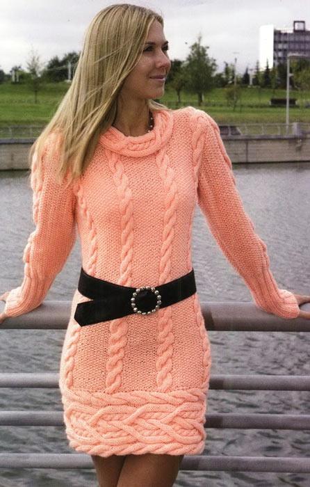 Вязаное платье с поперечной каймой.