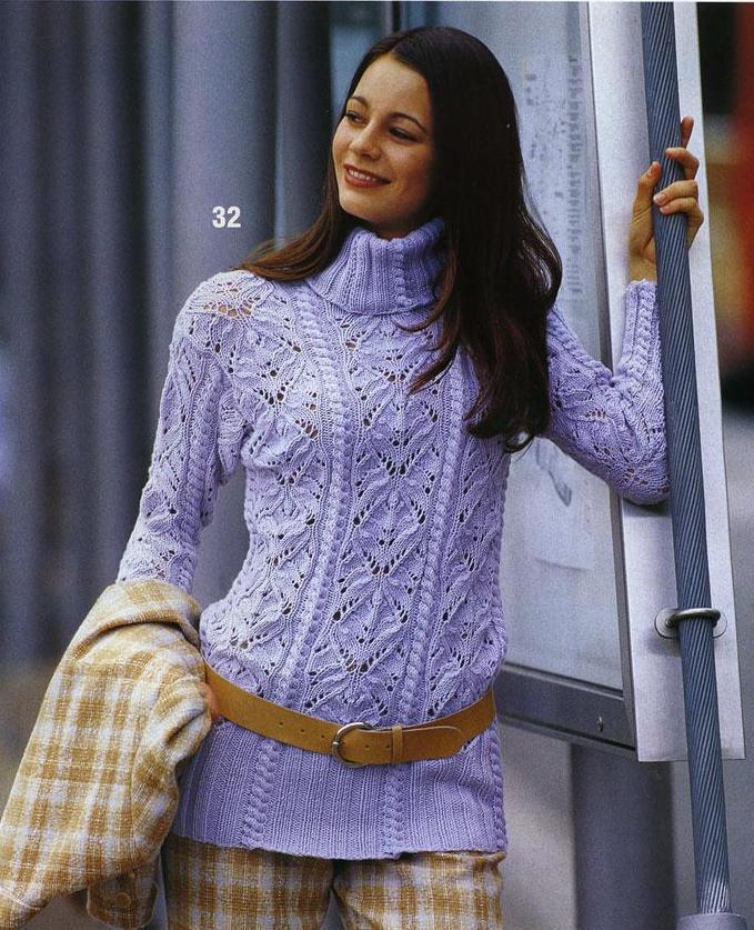 Голубой свитер с ажурным узором.