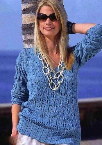 Голубой пуловер, вязаный спицами.