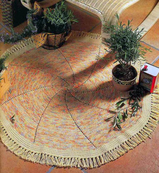 Вязаный спицами коврик