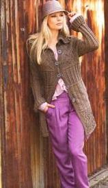 Вязаное короткое пальто спицами.
