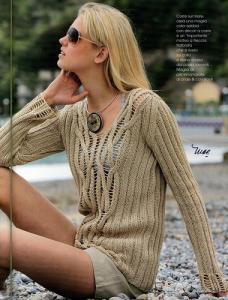 Вязаный пуловер орехового цвета.