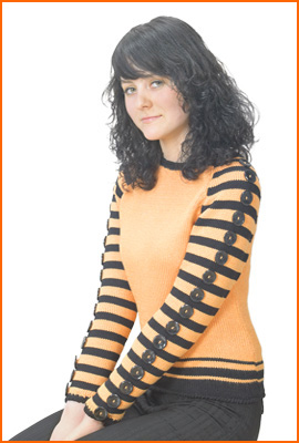 Вязаный спицами джемпер с полосатыми рукавами о отделкой из пуговиц.
