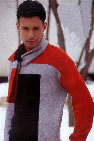 Вязаный спицами трёхцветный мужской свитер.