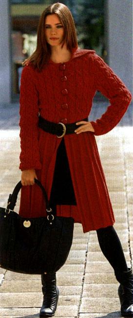 Вязаное спицами женское пальто на пуговицах.
