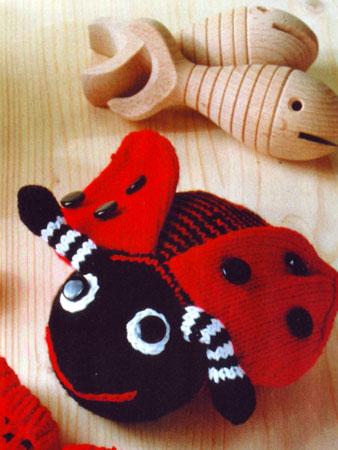 Вязаные спицами игрушки: божья коровка.