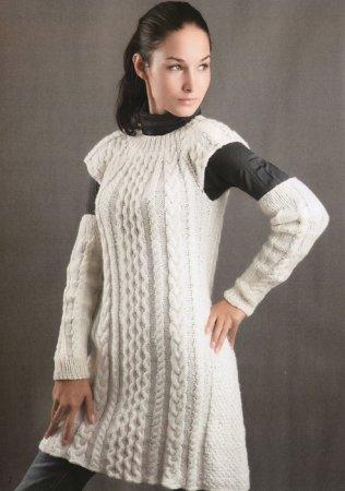 Вязаное спицами белое узорчатое платье и митенки.