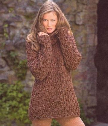 Свободный пуловер с большим воротником вязаный спицами.