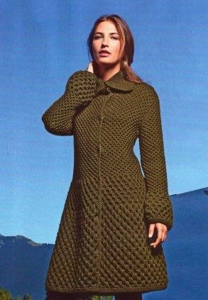 Пальто с рельефным узором вязаное спицами.