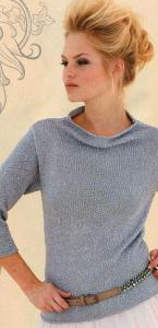 Серый пуловер вязаный спицами.