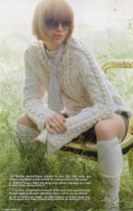 Пуловер с узором из кос и плечевой кокеткой спицами.
