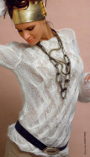 Белый узорчатый пуловер вязаный спицами.