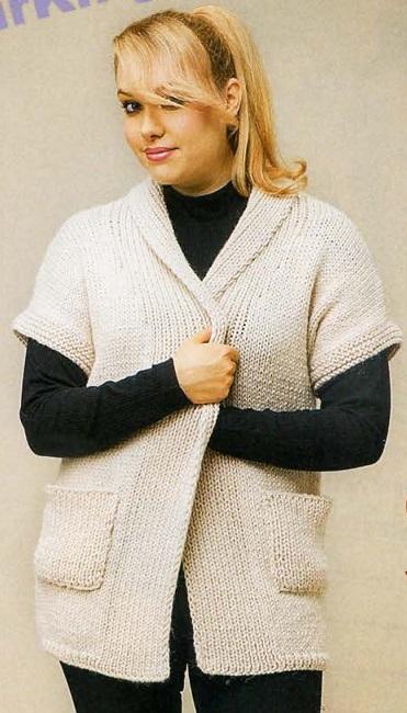 Кремовый жакет с накладными карманами вязаный спицами.