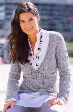 Ажурный пуловер с запахом вязаный спицами.