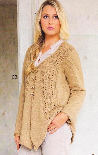 Бежевый пуловер с ажурными вставками вязаный спицами.