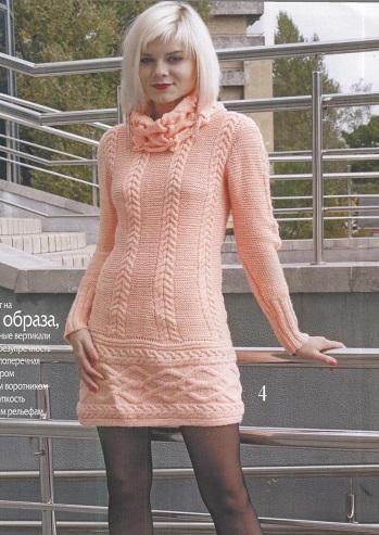 Платье с рельефным узором вязаное спицами.