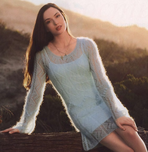 Ажурное мини-платье из тонкого мохера вязаное спицами.