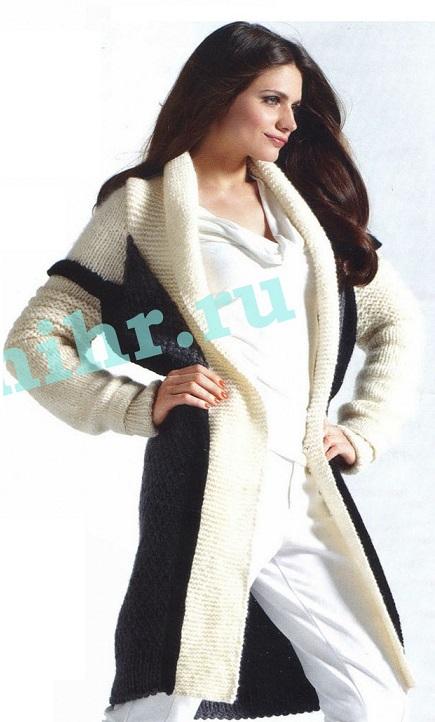 Двухцветное пальто вязаное спицами.