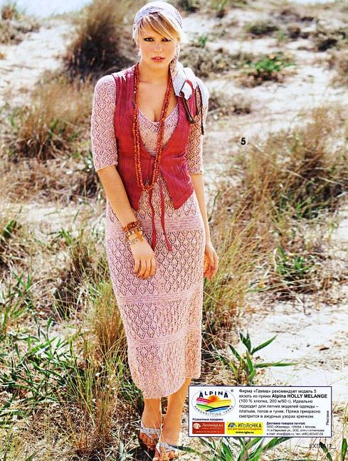 Ажурное платье с короткими рукавами вязаное спицами.