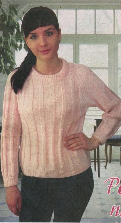 Розовый пуловер вязаный спицами.
