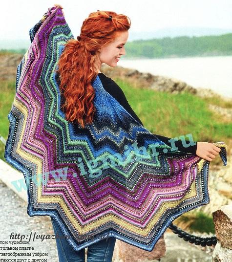 Разноцветная шаль вязаная спицами.