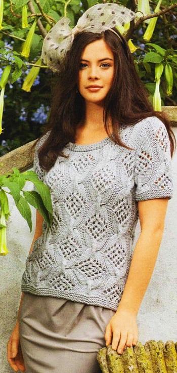 Серебристо-серый пуловер с короткими рукавами вязаный спицами.