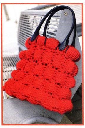 Красная сумка вязаная спицами.