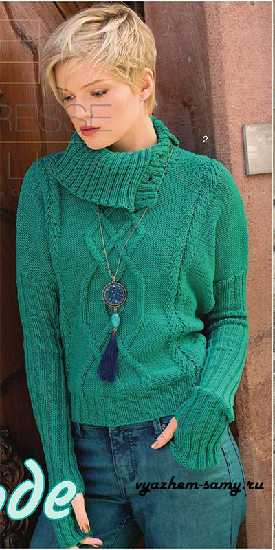 Вязаный спицами пуловер со спущенными плечами.