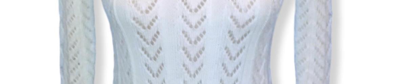 Вязаный спицами пуловер сочетанием ажурных узоров