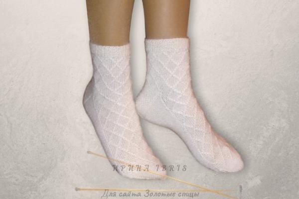 вязаные спицами шерстяные носки